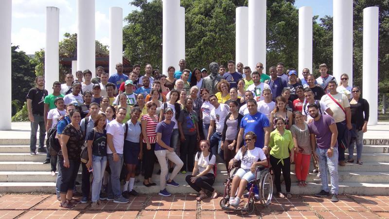 Con la tradicional foto en la emblemática Plaza Mella comenzó el avispero juvenil en la UJC por el aniversario 55 de la UJC.