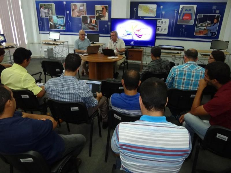 La comisión evaluadora se reunió con los grupos de investigación de la institución.