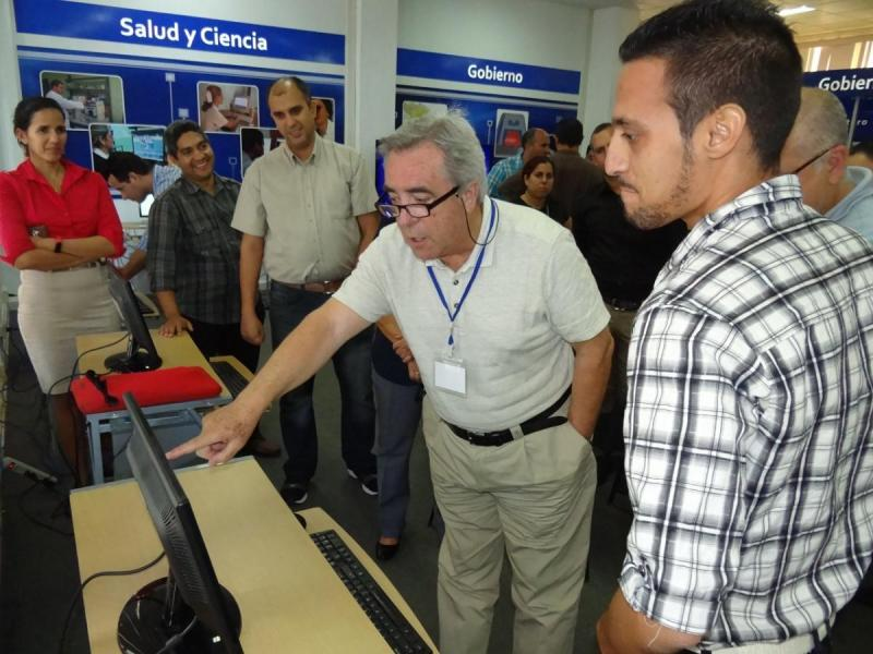 Los visitantes recibieron una explicación de algunos de los productos de la UCI.