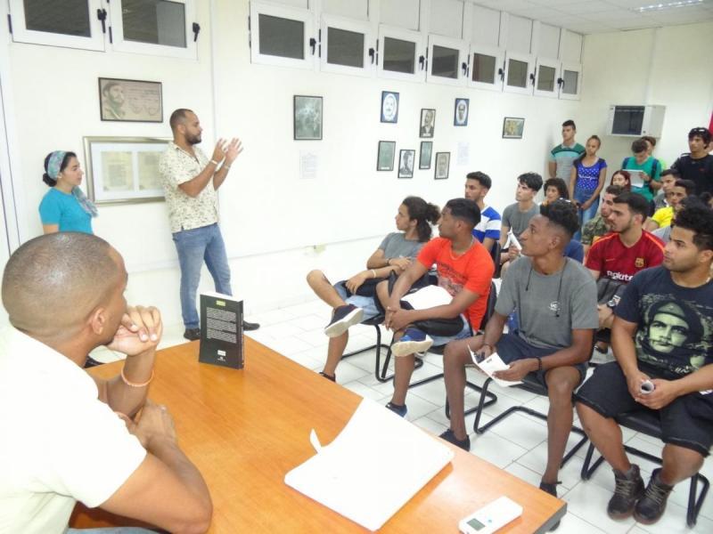 Profesores invitan a aprovechar la oportunidad de participar en los Festivales de Artistas Aficionados en el género de literatura.