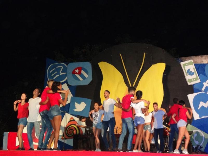 """Los bailarines del grupo Cubasoy danzaron al compás del tema """"Cosas de la vida""""."""