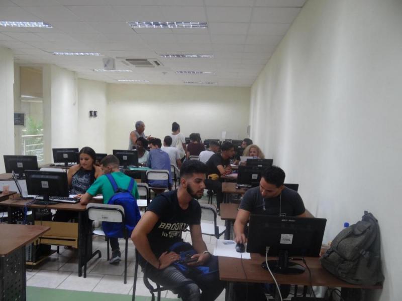 Los nuevos estudiantes son matriculados en las facultades a las que fueron designados.
