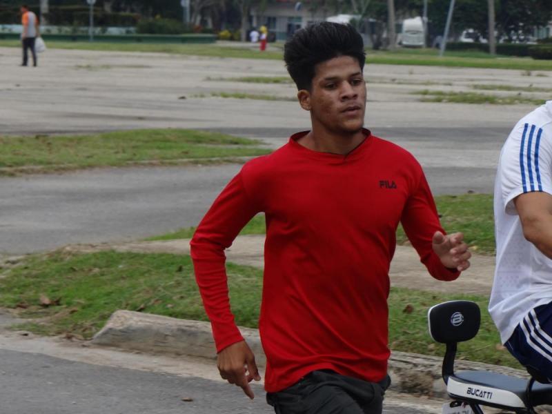 El estudiante Cristian Fajardo Pérez, de la Facultad 2, se corona ganador en la rama masculina de la maratón universitaria.