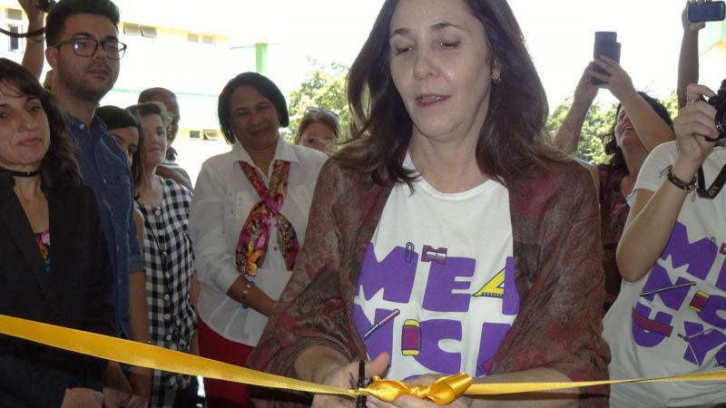 Momento en que el Dra.C. Mariela Castro corta la cinta que dejó inaugurada la Cátedra Honorífica de Género Vilma Espín Guillois