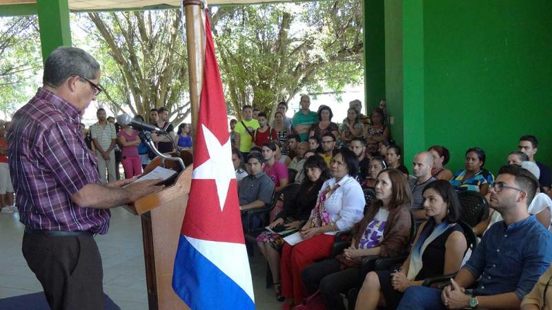 Momento en que el MSc. Ernesto Miguel García, director de Extensión Universitaria, leía la Resolución de nombramiento de la Cátedra Vilma Espín.
