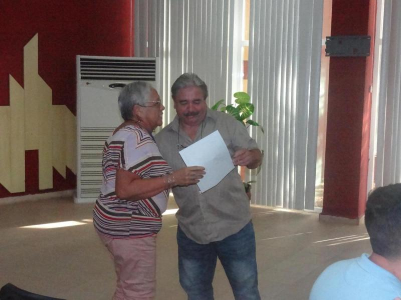 Contenta y agradecida dijo la MSc. Juana Elena Acosta García, quien desde 1975 imparte clases a estudiantes de secundaria básica y a universitarios.