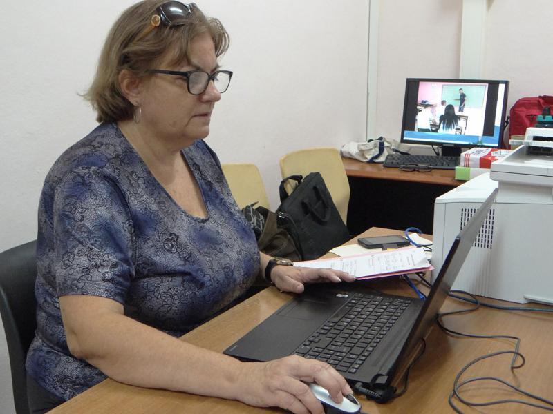 La MSc. Mayra Durán Benejam, secretaria general de la UCI, supervisa la matrícula del Curso por encuentro.