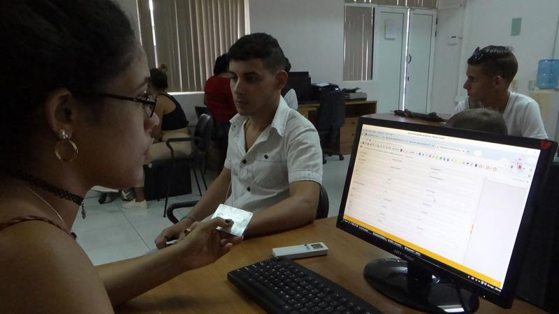 A los estudiantes les verifican los datos biográficos para comprobar su identidad.