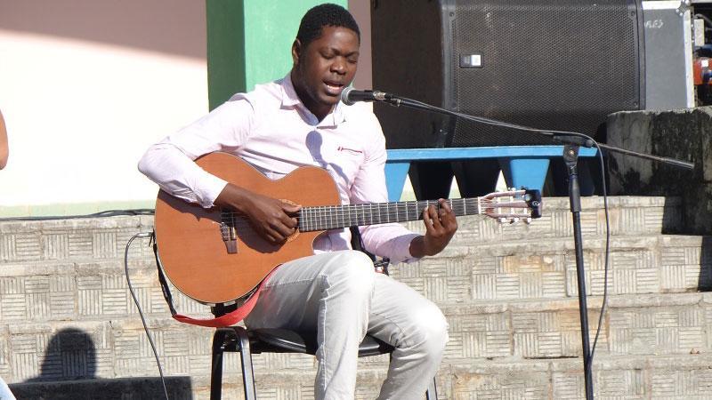 En el mitin de apoyo a la Revolución Bolivariana estuvo presente la música del artista aficionado Eldade Joaquim.