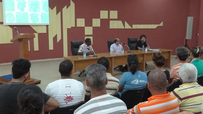 En la presidencia, de izquierda a derecha: MSc. Silvano Merced Len, vicerrector de Extensión Universitaria y Residencia en la UCI; el escritor Ernesto Limia Díaz, y el cantautor Raúl Paz.