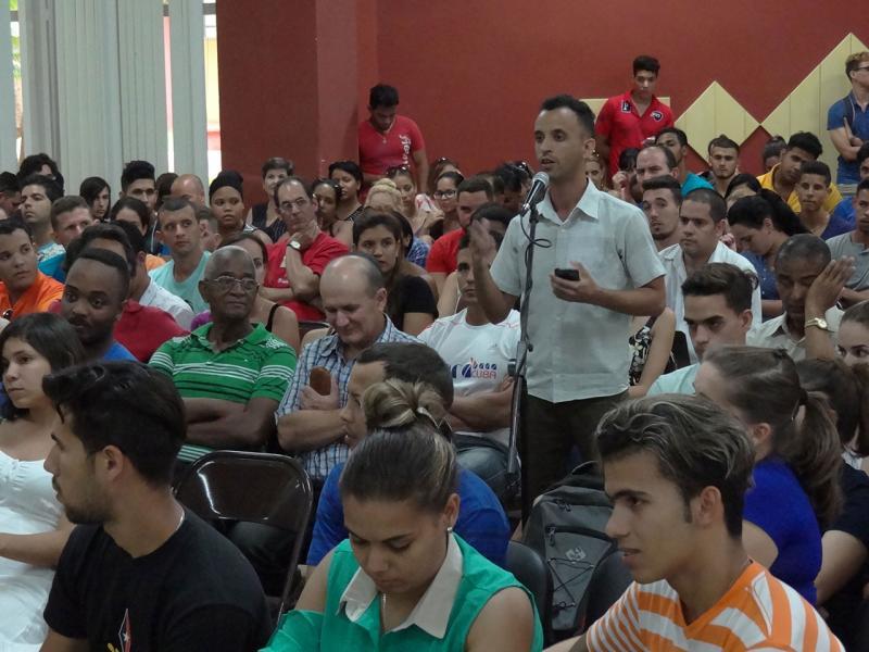 Las intervenciones del público se basaron en comentarios y preguntas.