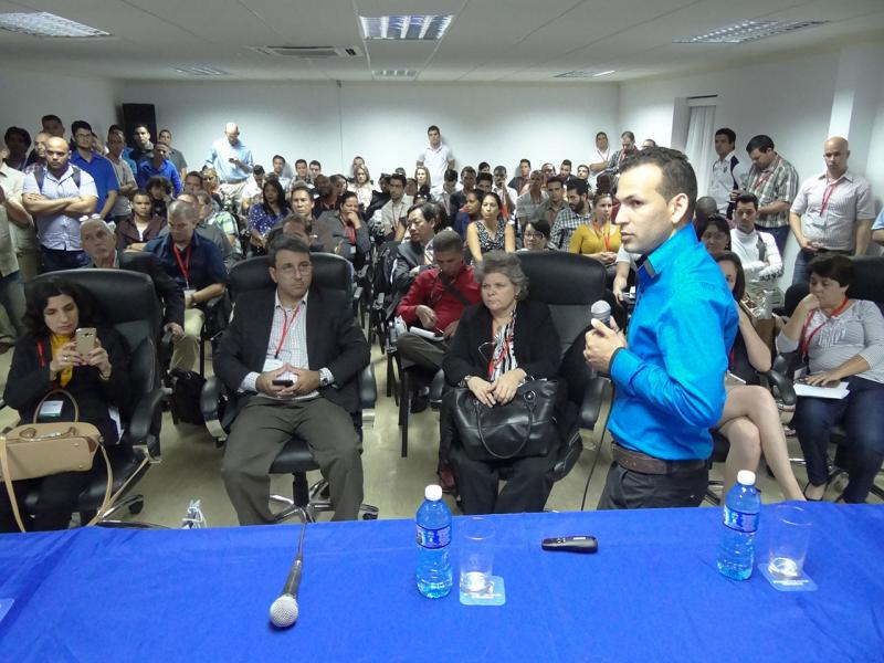 Intercambia el Héroe de la República de Cuba Gerardo Hernández Nordelo en el stand de la UCI.