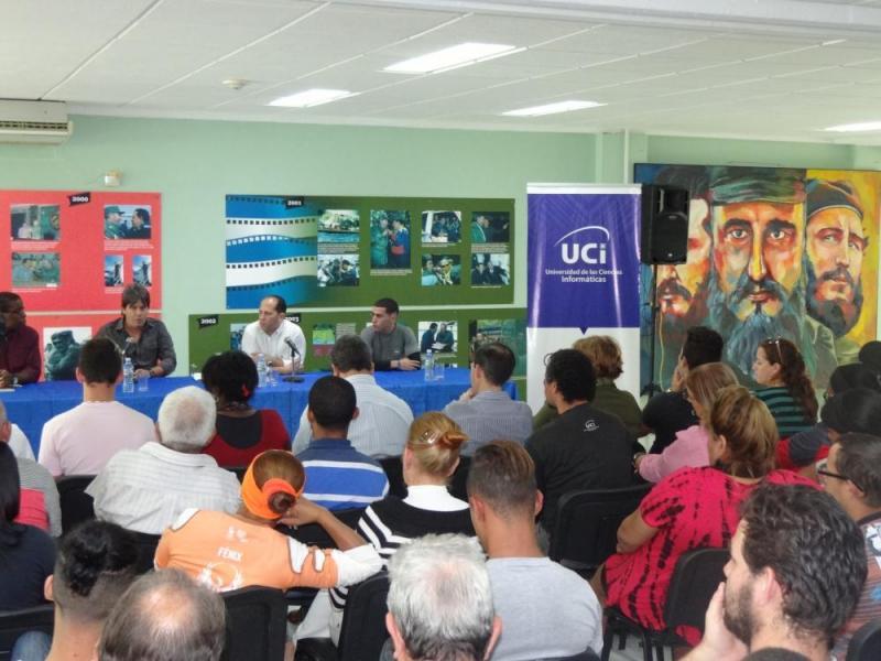 Durante el encuentro con el libro y su autor estuvo presente en la biblioteca universitaria, además, Rodolfo Romero de la Editorial Ocean Sur.