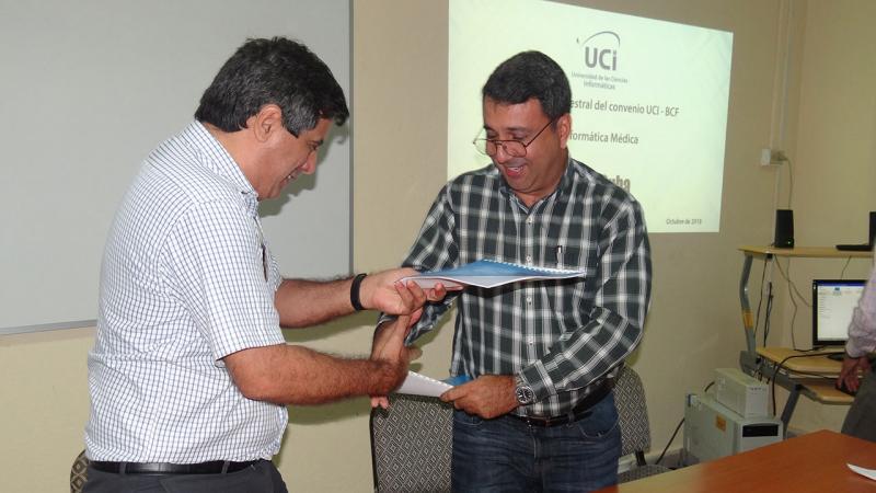 El Rector de la UCI Dr.C. Walter Baluja García y el director del Centro de Ingeniería Genética y Biotecnología Lic. Eulogio Pimentel Vázquez firman nuevos convenios de trabajo entre ambas entidades.