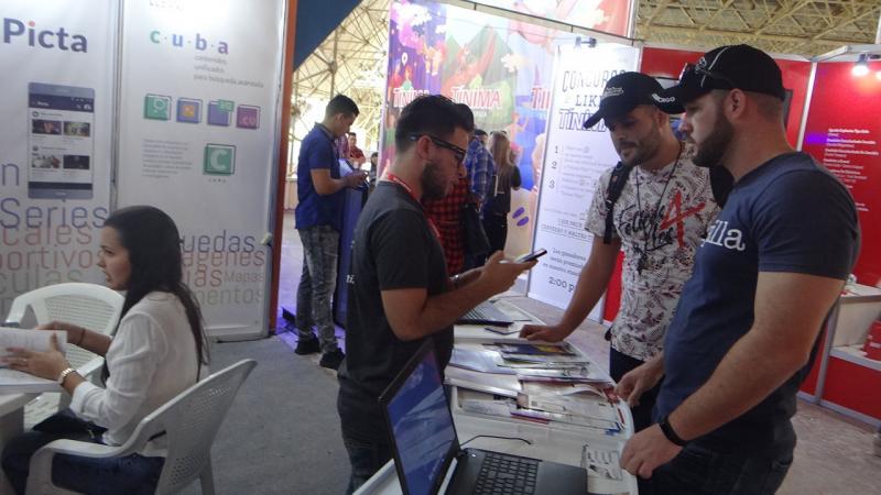 El público presente en el Pabellón Central se interesó por los productos que la UCI expone en la Feria.