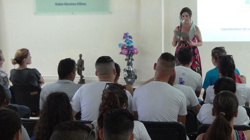 La profesora guía de quinto año de la Facultad 2, Madelín Haro dedicó unas conmovedoras palabras a los estudiantes.
