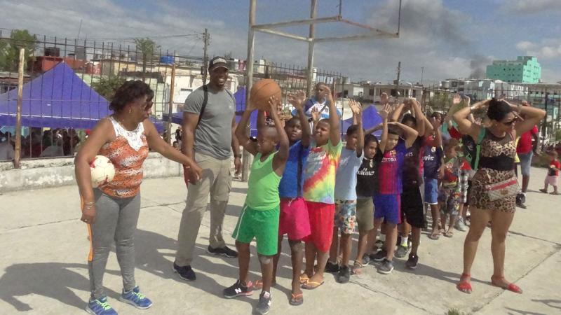 Los profesores de la Dirección de Deportes de la Universidad organizaron actividades físico recreativas para los niños de la comunidad de Diez de Octubre.