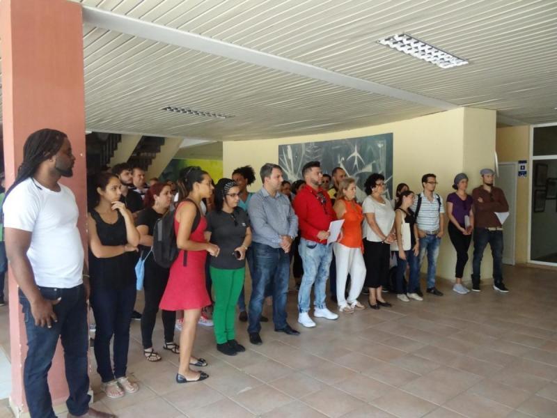 Artistas y miembros del Consejo Universitario junto al Rector, entre otros, presencian la apertura del XVII Festival de Artistas Aficionados de la FEU en la UCI.