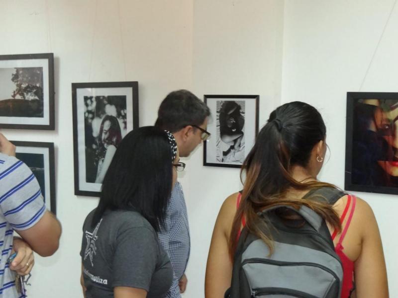 Rector de la UCI, Dr.C. Walter Baluja García, recorre la muestra expositiva de artes visuales junto a representantes de la UJC y la FEU de la UCI.