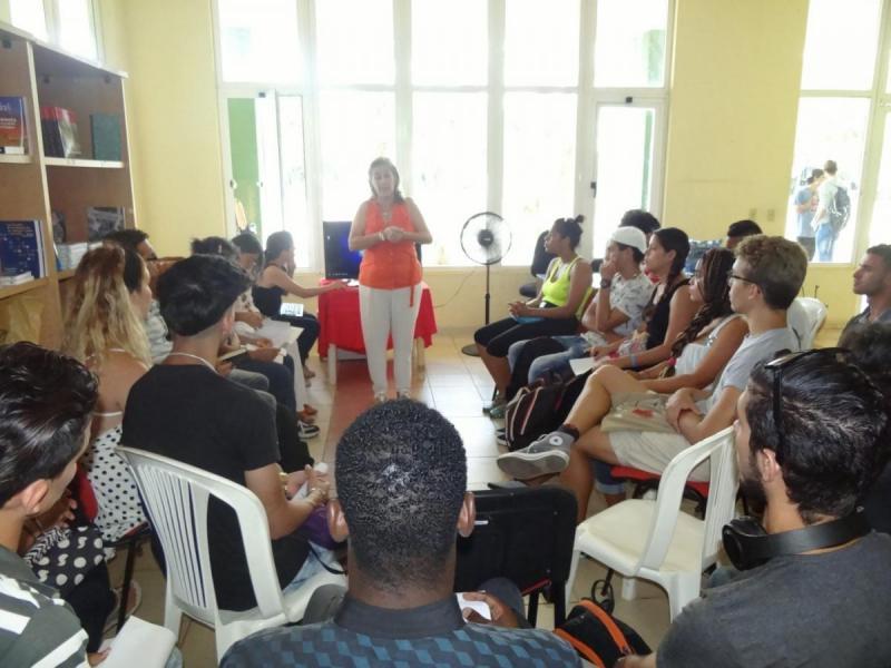 Jóvenes presentan su narrativa y poemas en la manifestación de Literatura. Entre los integrantes del prestigioso jurado se encuentra la joven profesora de la UCI, Martha Acosta Álvarez, escritora cubana que obtuvo el Premio Iberoamericano Julio Cortázar en 2018.