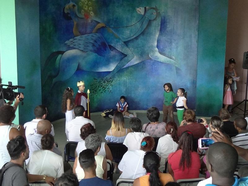 """Signos de admiración para los niños integrantes del proyecto PequeCiudad de la UCI, quienes dramatizaron la obra """"Conociendo a Martí"""" en homenaje al Maestro."""