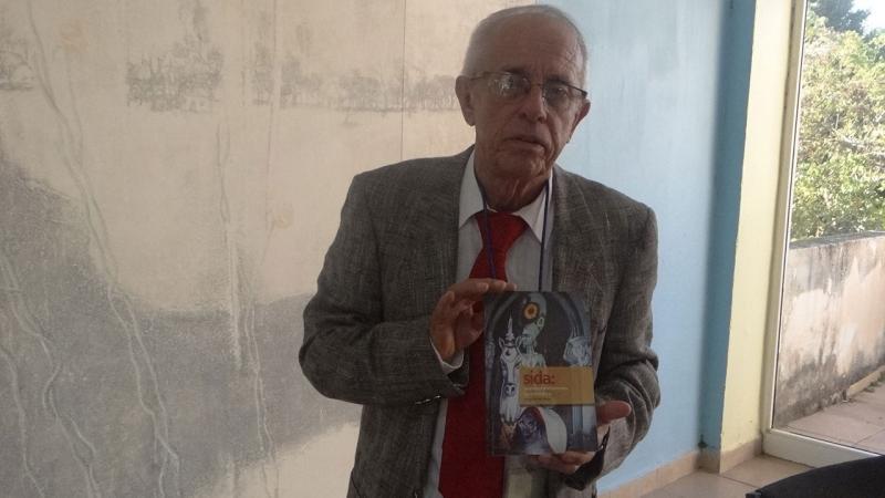 El doctor Pérez Ávila ha dedicado más de veinte años al estudio del VIH-SIDA.