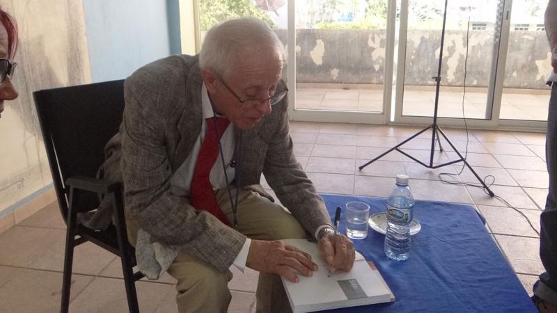 Jorge Pérez presentó en la UCI su libro SIDA: Nuevas confesiones a un médico.