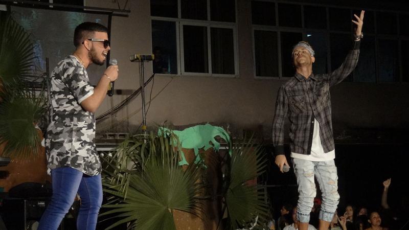 El dúo vocal V2.0 con la obra No digas nada, resultó uno de los más aplaudidos de la noche cultural. Universidad de Ciencias Informáticas UCI