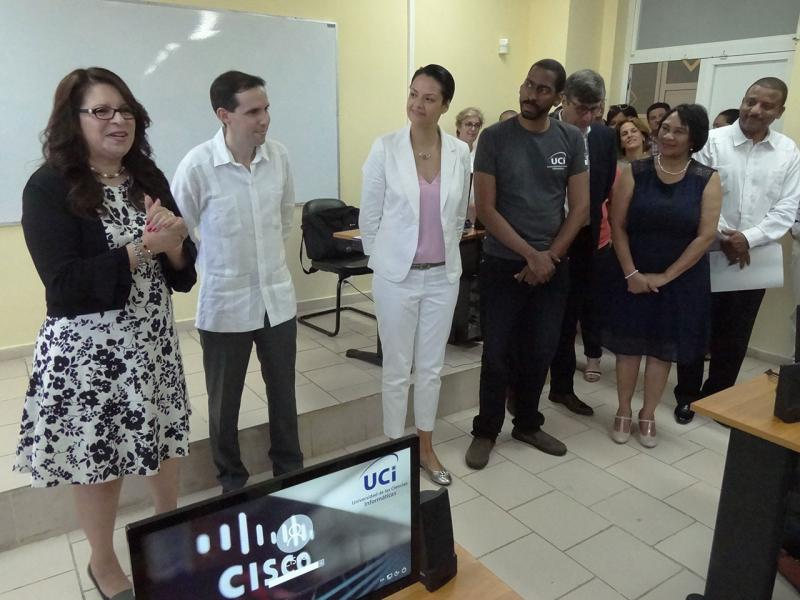 Cisco executives exchanged with students and instructors in one of the classrooms of the Academy