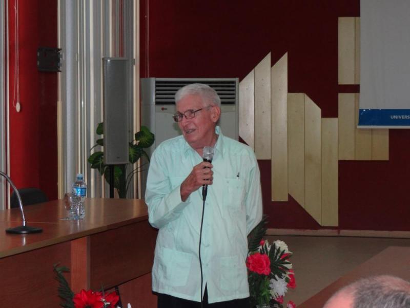 El Dr.C. Melchor Gil Morell, rector fundador de la UCI y miembro de la Unión de Informáticos de Cuba, presentó al conferencista.