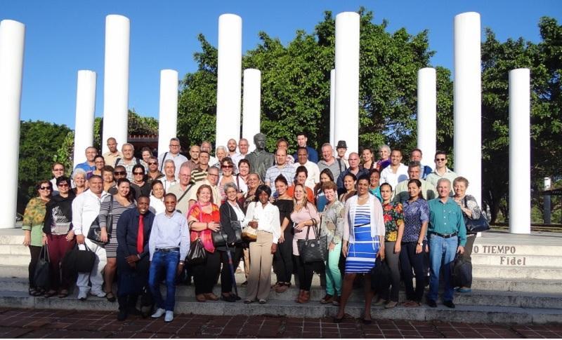 Instantánea colectiva en la Plaza Mella de los 108 educadores de universidades cubanas que participan del I Taller Nacional de Calidad Educativa con sede en la UCI.