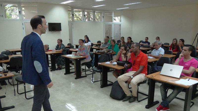 El conferencista español expuso las principales aplicaciones realizadas en el campo de la Educación y algunas experiencias aplicadas a la tutorización.