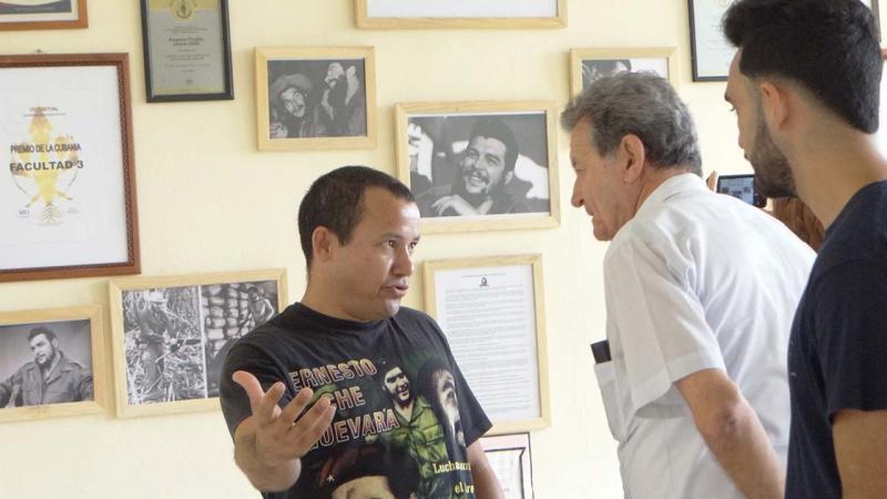 Decano de la Facultad 3, estudiantes e invitados, intercambian con el Comandante Fernández Mell.