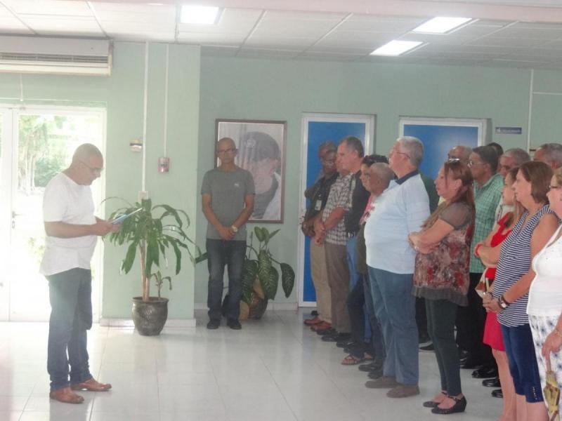 El Dr.C. Jorge Sergio Menéndez dio lectura al significado de lo que simbólicamente firmaron.