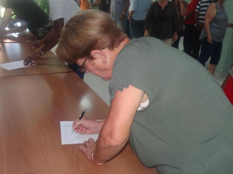 Los trabajadores de la Vicerrectoría de Formación se comprometen a comtribuir monetariamente con la defensa del país.