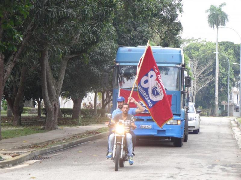 Recorrido de la Bandera XXI Congreso por varias áreas de la UCI.