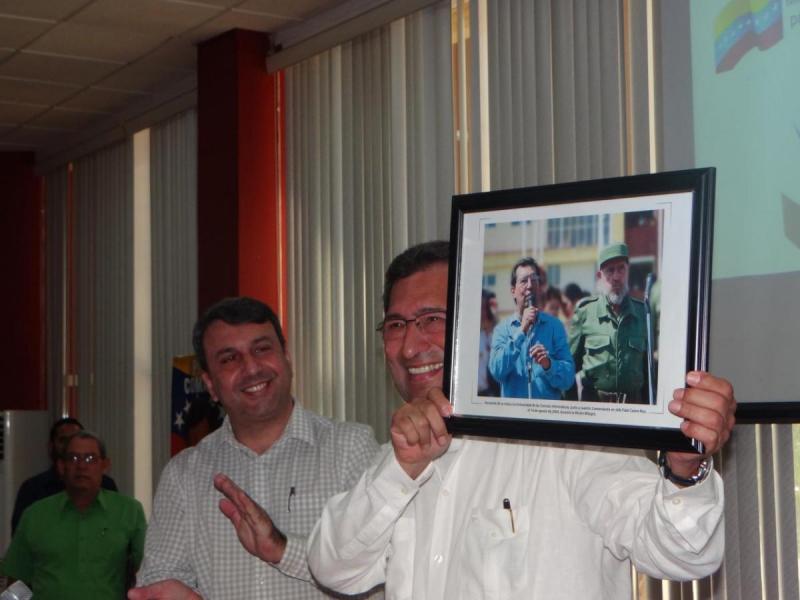 El rector de la UCI, Dr.C. Walter Baluja, entregó al embajador Adán Chávez un cuadro con una foto de su visita con Fidel a la Universidad, hace 15 años.