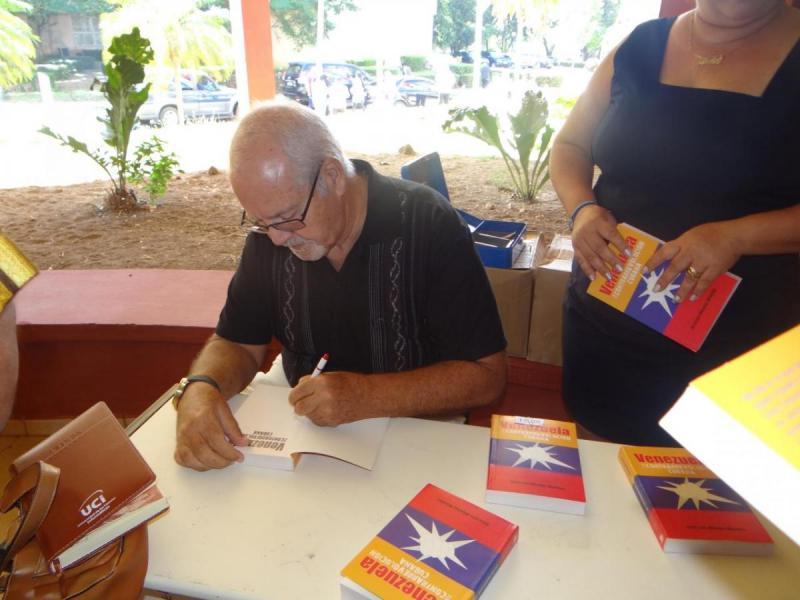 """José Luis Méndez autografió a los interesados su libro """"Venezuela y la contrarrevolución cubana""""."""