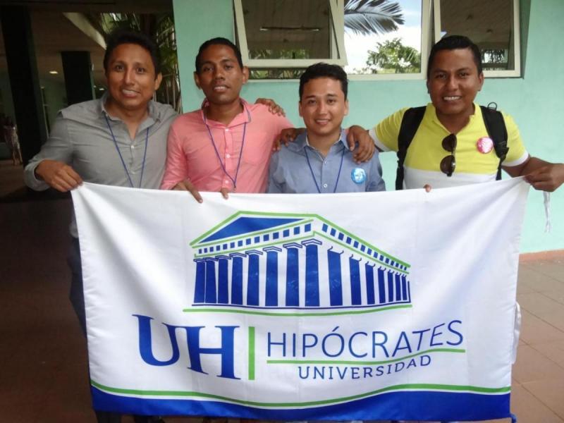 Contentos, conversadores y afinados en el canto coral (sin ensayos), se muestran los jóvenes mexicanos. Se acompañan del director de investigaciones de dicha universidad, Oliver Texta Mongoy (el primero, de izquierda a derecha).