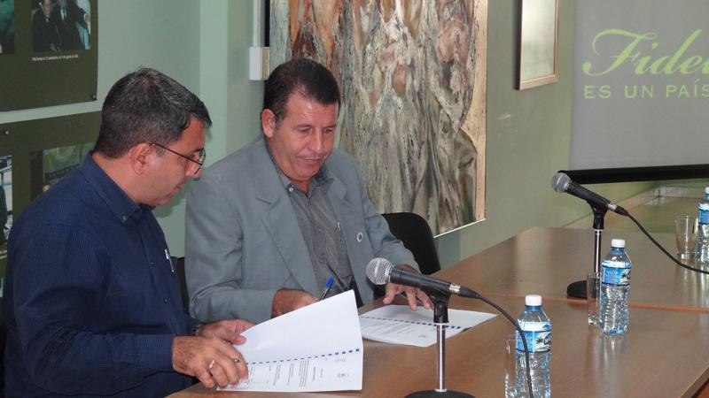 El Rector de la UCI, Dr.C. Walter Baluja García, y su homólogo el Dr.C. Héctor Noa Cuadro, de la Universidad de las Ciencias de la Cultura Física y el Deporte firmaron un convenio marco de colaboración.