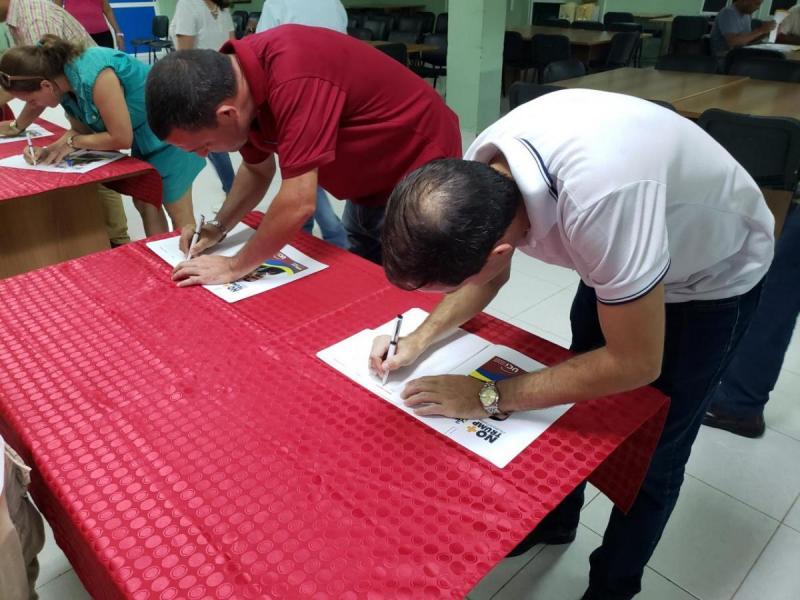 La comunidad universitaria realizó una firma en apoyo a la revolución venezolana.