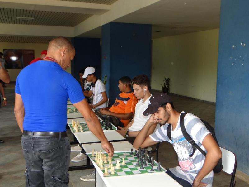 Los jóvenes de la Fici junto a los profesores de la Dirección de Deportes participaron en la simultánea de ajedrez.