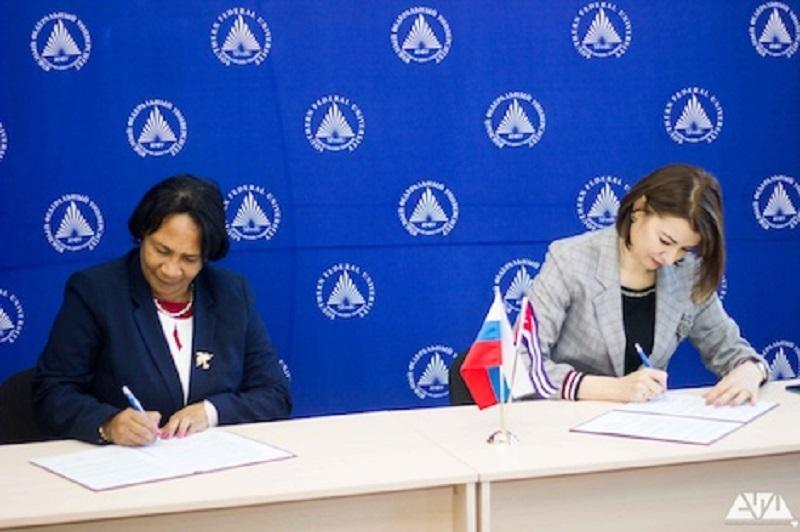 Miriam Nicado García e Inna Shevchenko firman el acuerdo de cooperación