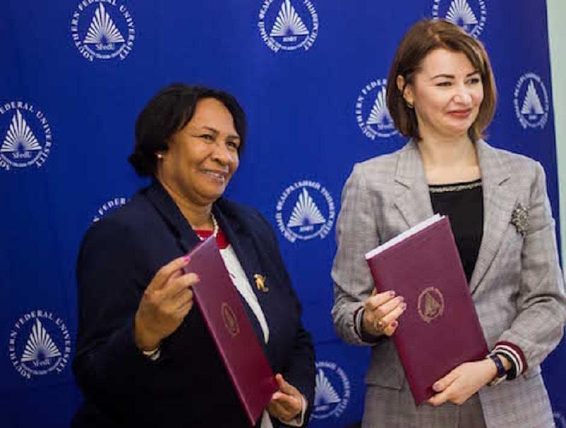 La Rectora de la UCI y la Presidente de SFEDU intercambian copias firmadas del convenio.