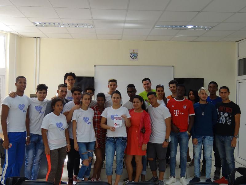 Melisa Ramírez junto a dirigentes de la FEU y estudiantes de su grupo.
