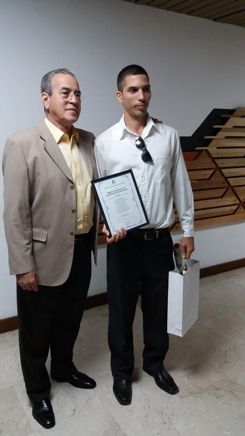 El Ing. Raymond Weeden Gamboa, arquitecto principal y desarrollador del Sistema de Gestión Integral de Aduana junto al Dr. José Ramón Saborido Loidi, ministro de Educación Superior.
