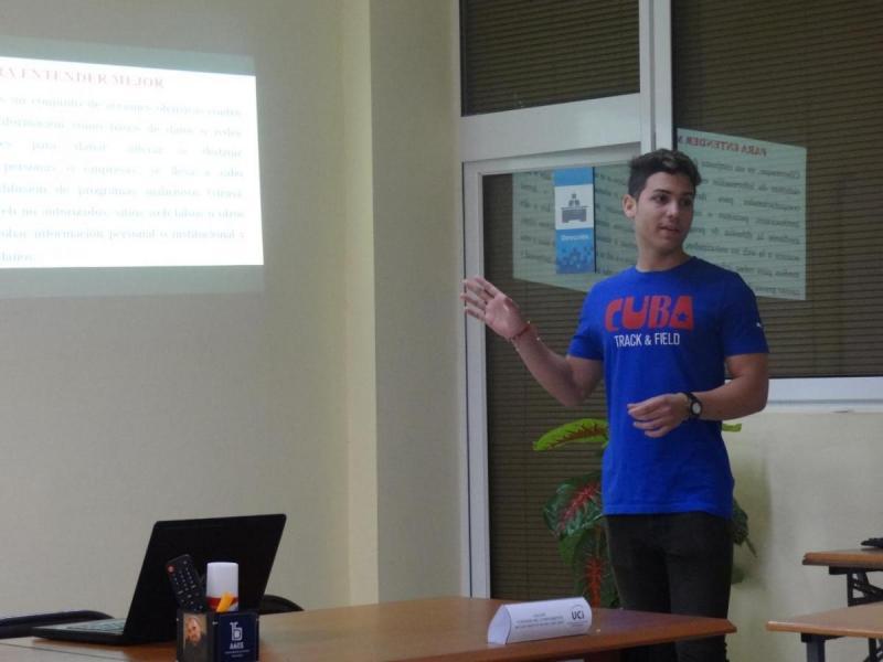 Estudiante expone sus experiencias en el trabajo político ideológico.