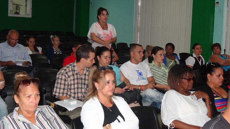 Los trabajadores debaten, reflexionan e intercambian sobre la seguridad y la salud de los recursos humanos de la UCI.