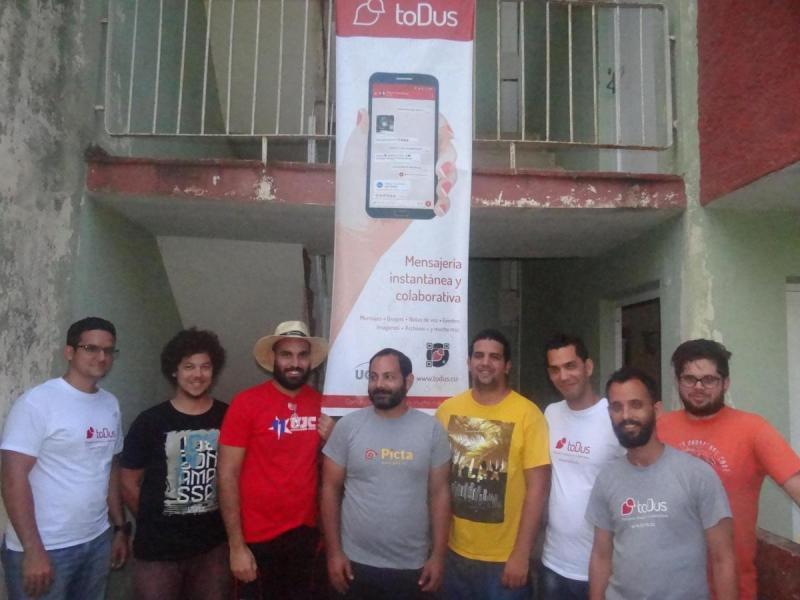 Equipo de desarrolladores de toDus frente a la sede de trabajo en la Universidad de las Ciencias Informáticas.
