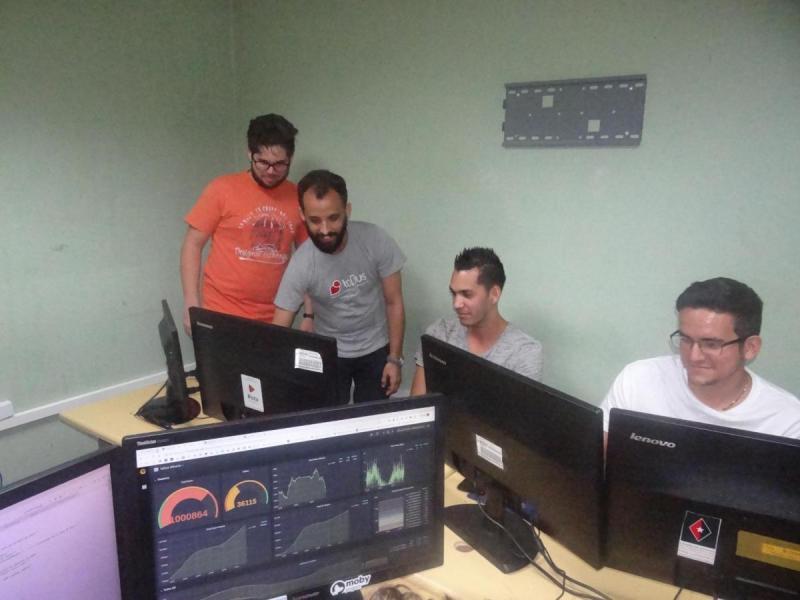 Los jóvenes desarrolladores de toDus en plena vorágine de trabajo.